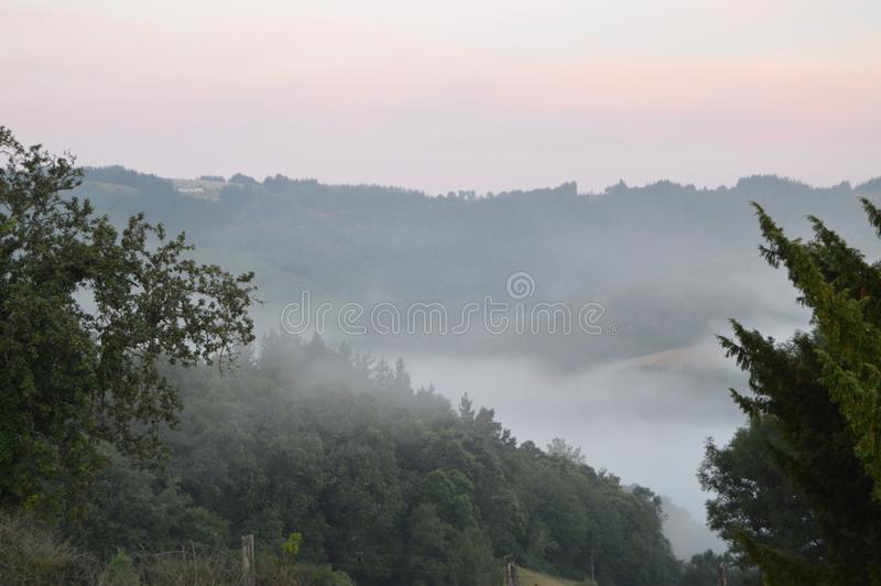 云彩海在日出的在加利西亚的山 储蓄照片、图片和皇族自由图象 2013?8?3? Rebedul,卢戈 库存照片