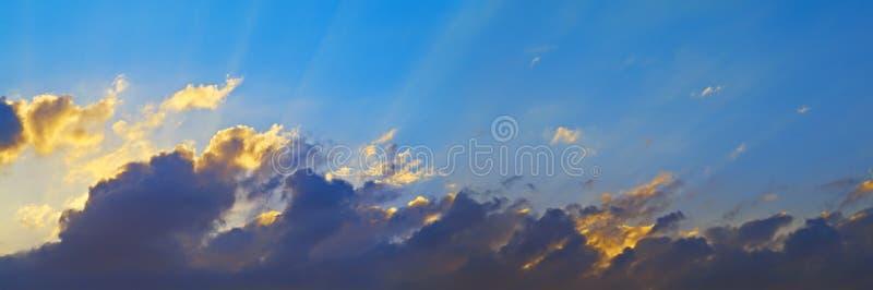 云彩点燃了天空星期日 免版税库存照片