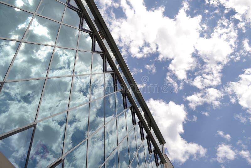 云彩的反射在大厦上的 库存照片