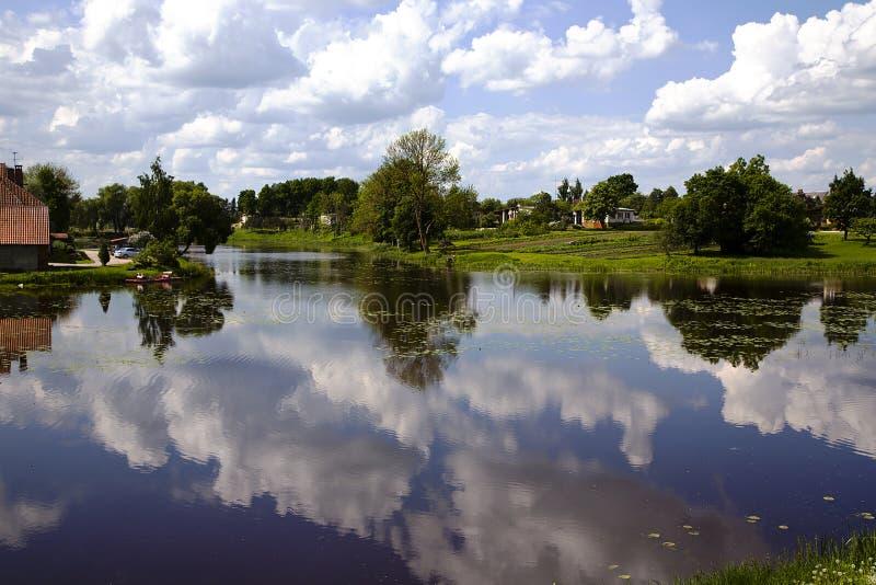 云彩的反射在美丽的湖 库存照片