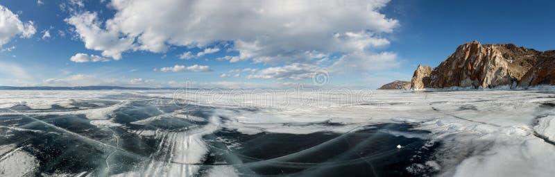 云彩的运动在冰冷的贝加尔湖的奥尔洪岛的 库存照片