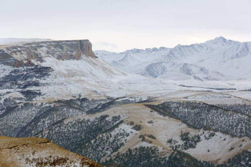 云彩的运动在山的,北高加索,拉斯 库存图片