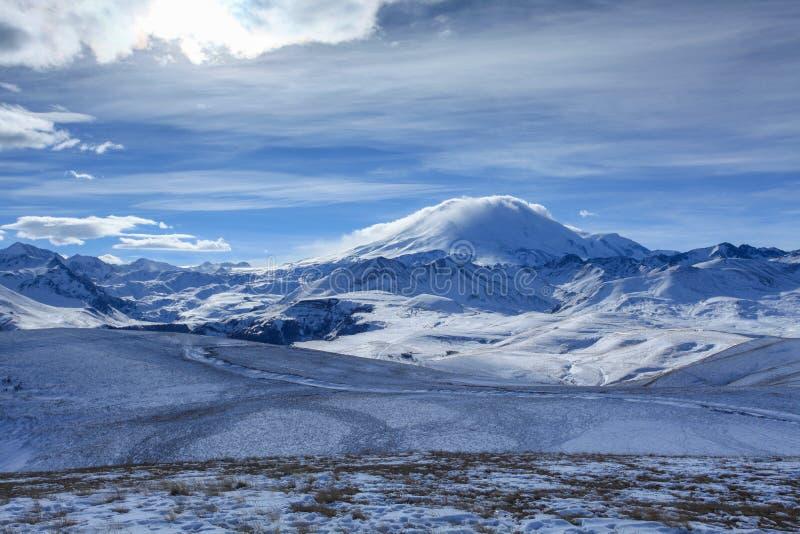 云彩的运动在山Elbrus,北Caucasu的 图库摄影