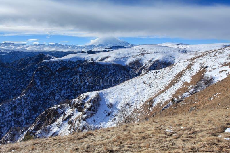 云彩的运动在山Elbrus,北Caucasu的 库存图片