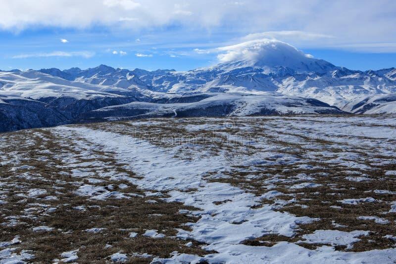 云彩的运动在山Elbrus,北Caucasu的 免版税图库摄影