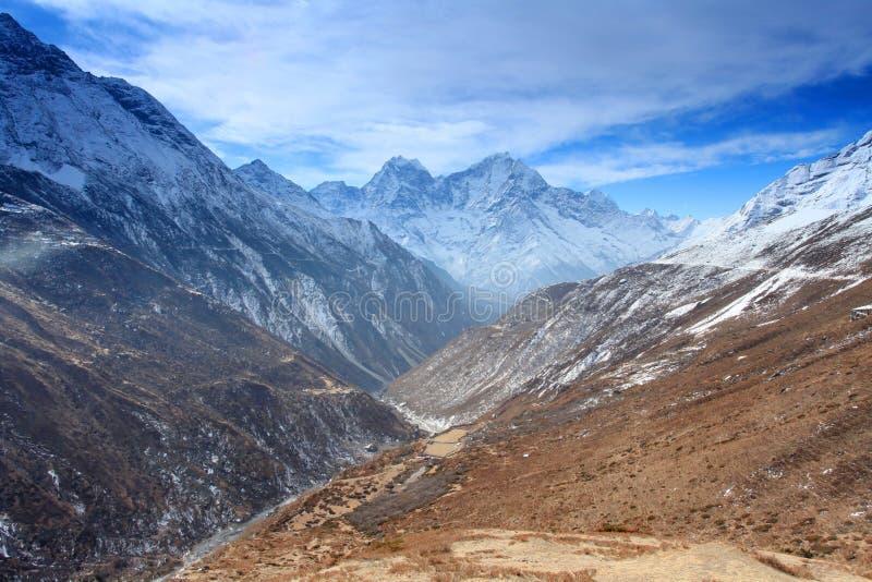 云彩的运动在山Thaog,喜马拉雅山的, 免版税库存图片