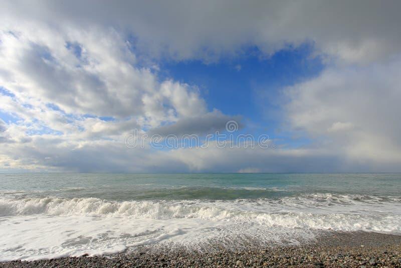 云彩的运动在黑海的 abkhazia pitsunda 免版税库存照片