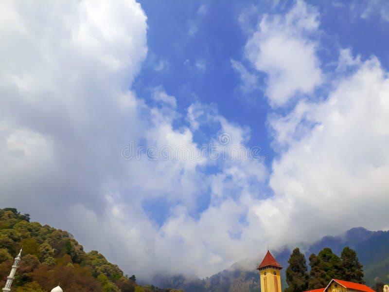 云彩盖的山 免版税库存照片