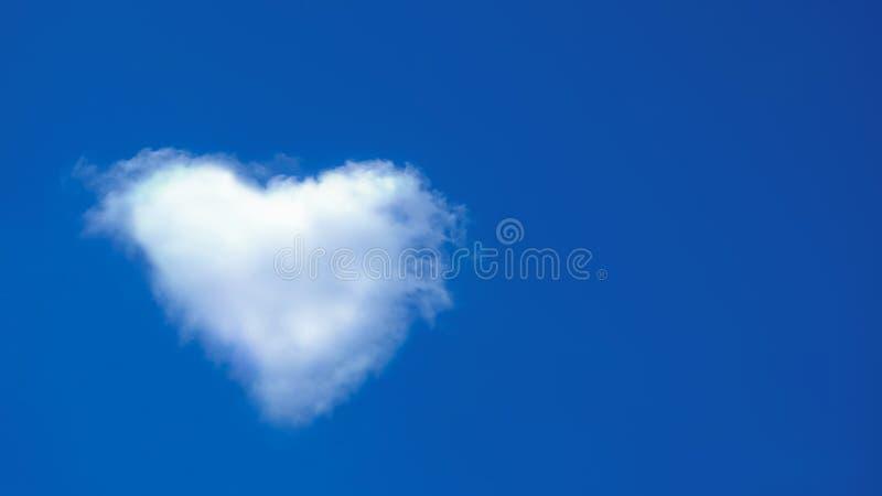 云彩看起来象心脏,与白色云彩的天空蔚蓝 库存图片