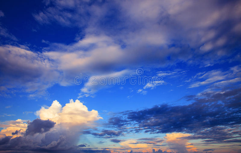云彩美好的天空scape在雨季的与早晨光 免版税库存照片