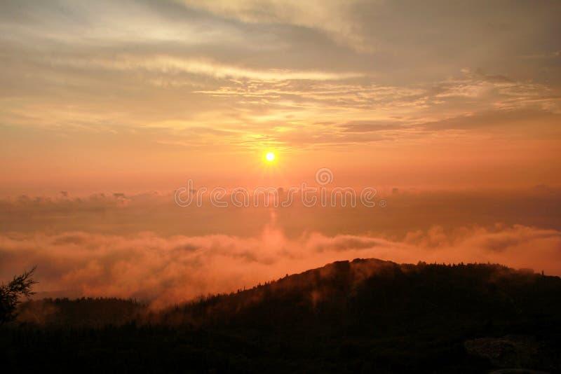 云彩美好的结构在天空的,与浓雾的山风景在秀丽自然环境天际的日落  库存图片