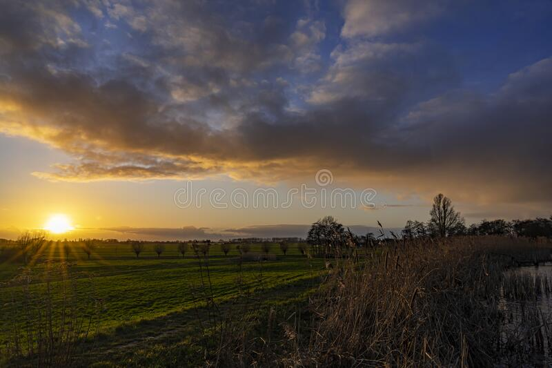 云彩被夕阳照得美丽,俯瞰着荷兰Zoetermeer附近的Geerpolder 免版税库存照片