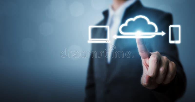 云彩计算和技术网络连接概念,商人手藏品象云彩服务器 免版税库存照片