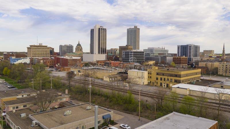 云彩过滤的黄昏光在韦恩堡印第安纳的街市市中心 免版税图库摄影