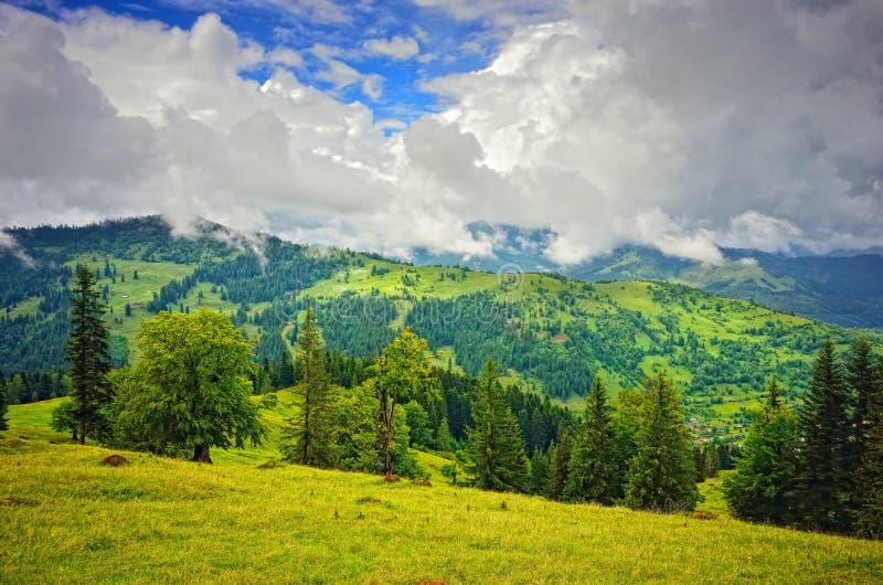 云彩通过山 库存照片