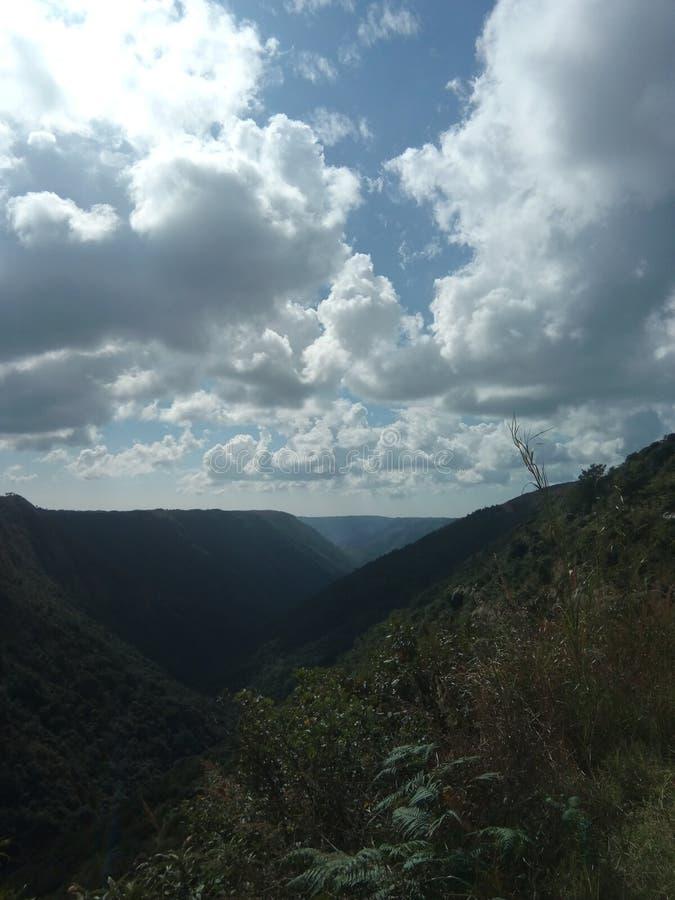 云彩遇见小山的地方 免版税库存照片