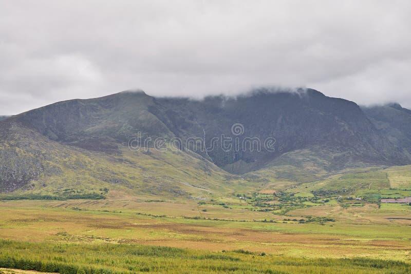 云彩遥远的看法在山的在一个美好的风景 爱尔兰凯利环形 图库摄影