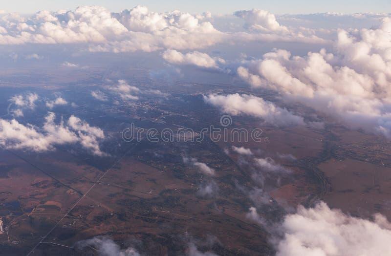 云彩鸟瞰图由在佛罗里达,从航空器的看法的晚上太阳点燃了在飞行期间 库存图片