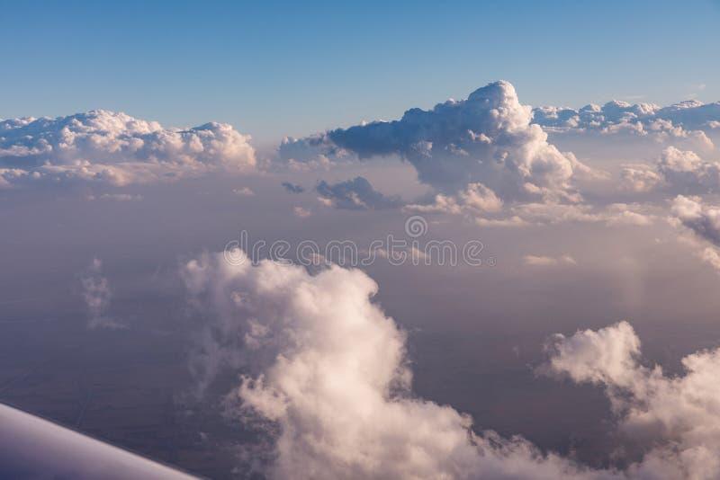 云彩鸟瞰图由在佛罗里达,从航空器的看法的晚上太阳点燃了在飞行期间 库存照片
