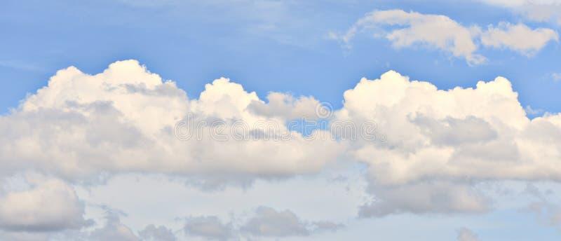 云彩,午后发光通过层数的太阳 免版税库存图片