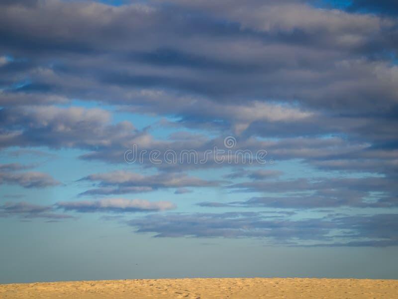 Download 云彩离开 库存照片. 图片 包括有 横向, 沙子, 公园, 没人, 空虚, 沙漠, 风景, 蓝色, 含沙 - 72368734