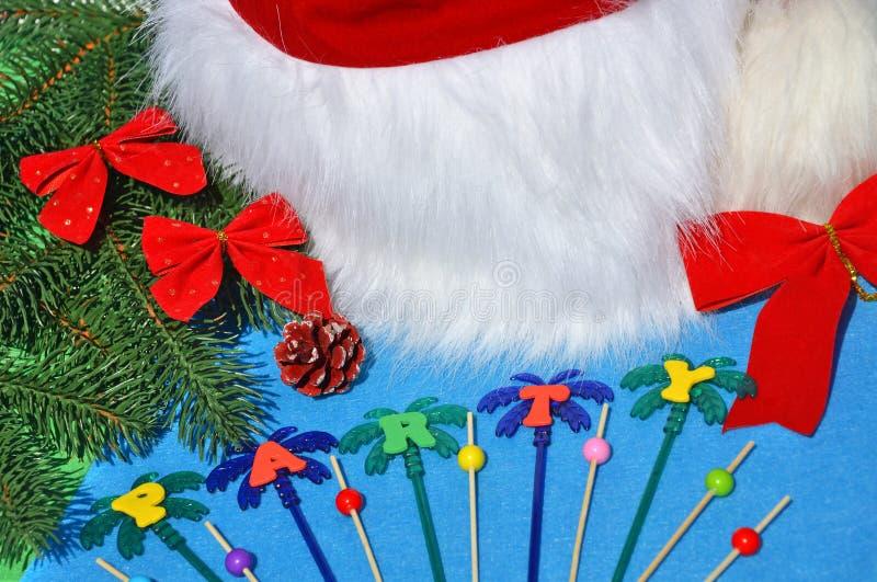 云杉和玩具枝上的圣诞帽 图库摄影