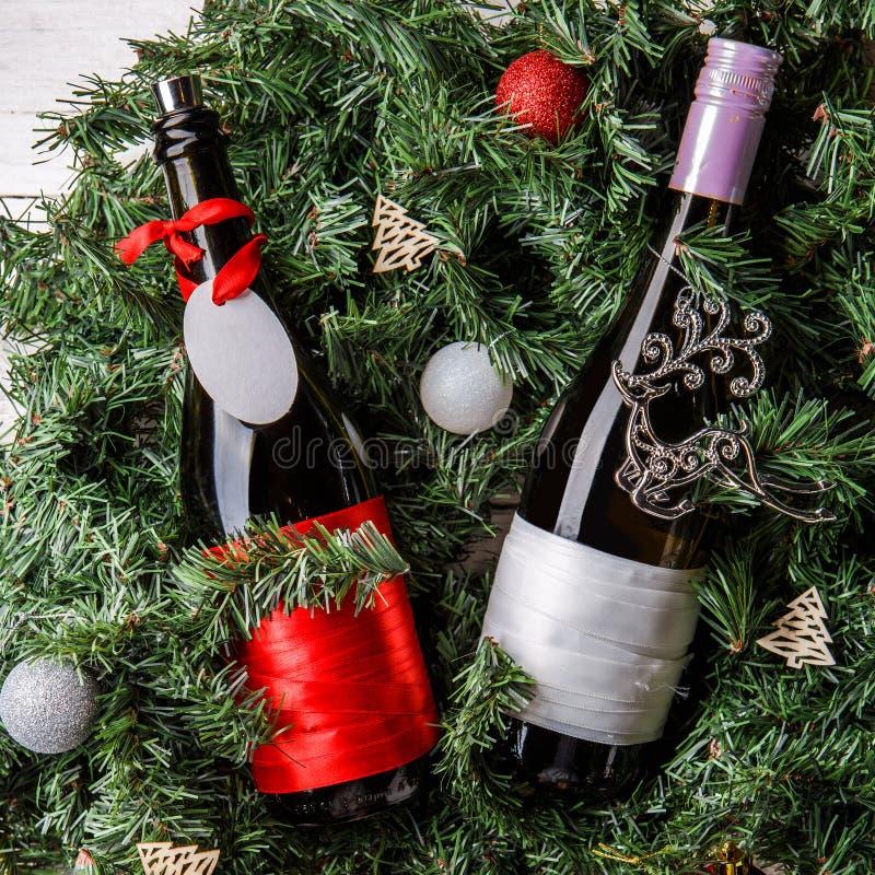 云杉的分支照片与两个瓶的酒,空白的贺卡 免版税库存图片
