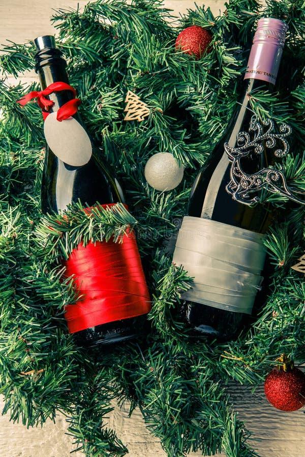 云杉的分支照片与两个瓶的酒,空白的贺卡 免版税图库摄影