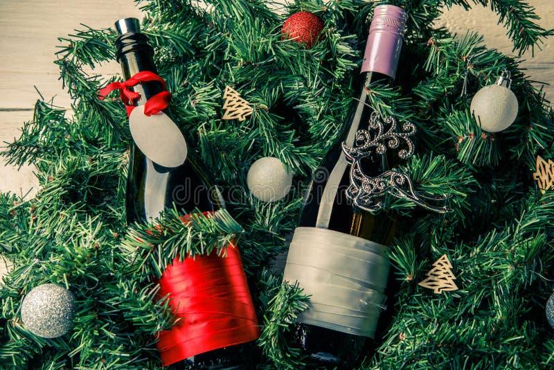 云杉的分支照片与两个瓶的酒,空白的贺卡 图库摄影
