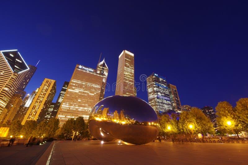云门雕塑或位于芝加哥的豆,伊利诺伊在晚上 免版税库存照片