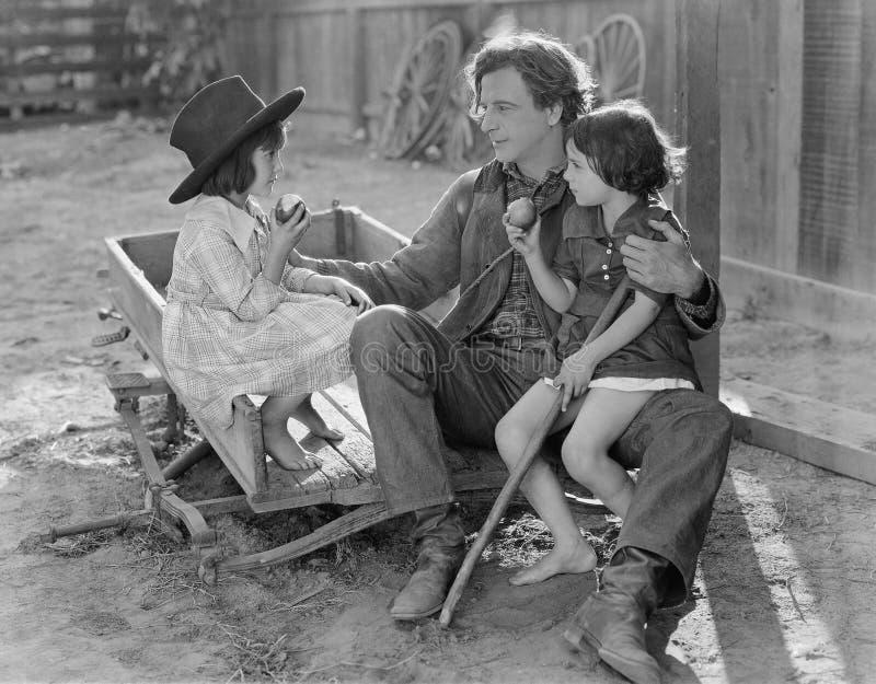 互动与两个年轻女儿外部的爸爸(所有人被描述不更长生存,并且庄园不存在 供应商warra 库存图片