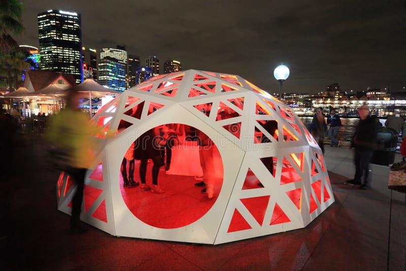 互动与大地测量学的轻的圆顶环形码头悉尼的人们 免版税库存照片