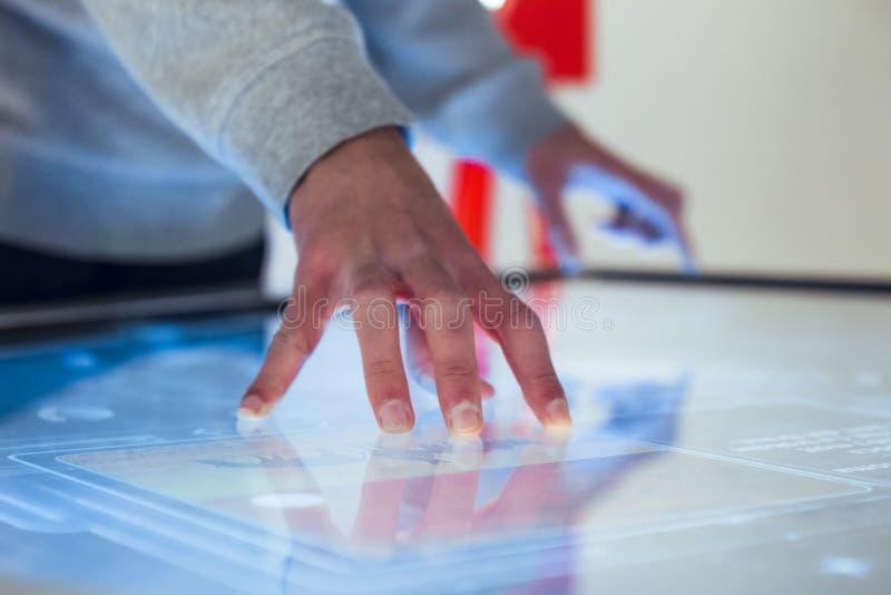 互动与大屏幕的手 库存照片