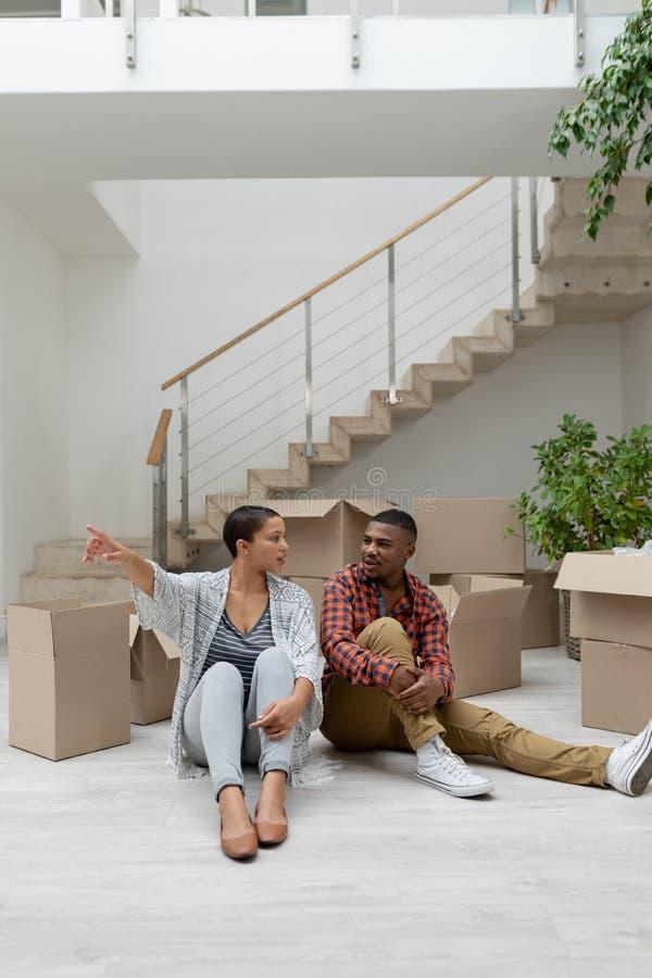 互动互相的夫妇在客厅 免版税库存图片