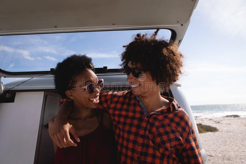 互动互相的夫妇在海滩 免版税库存图片