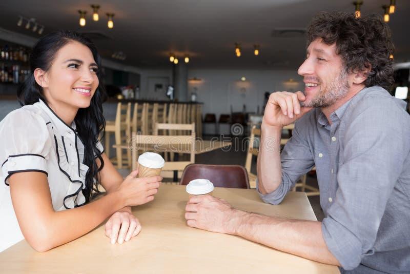 互动互相的夫妇在自助食堂 库存照片
