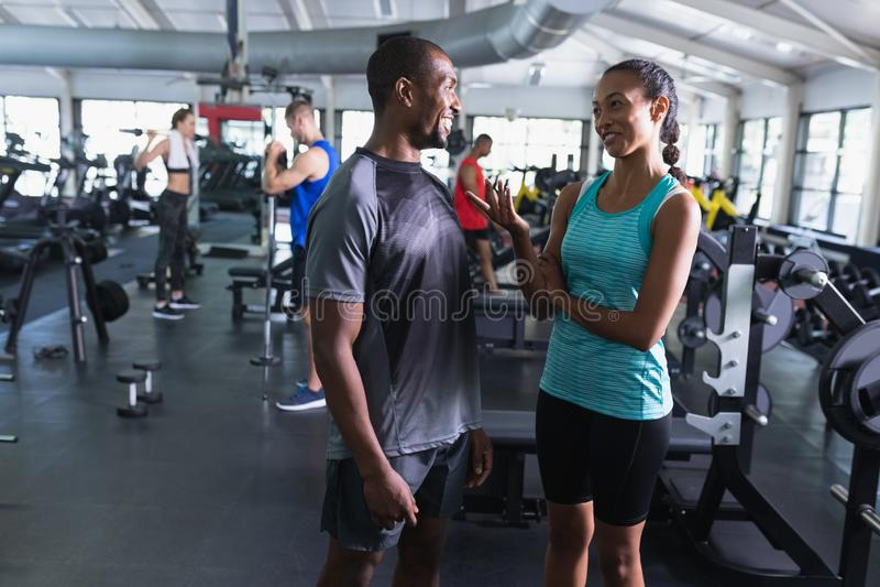 互动互相的男人和妇女在健身俱乐部 库存图片