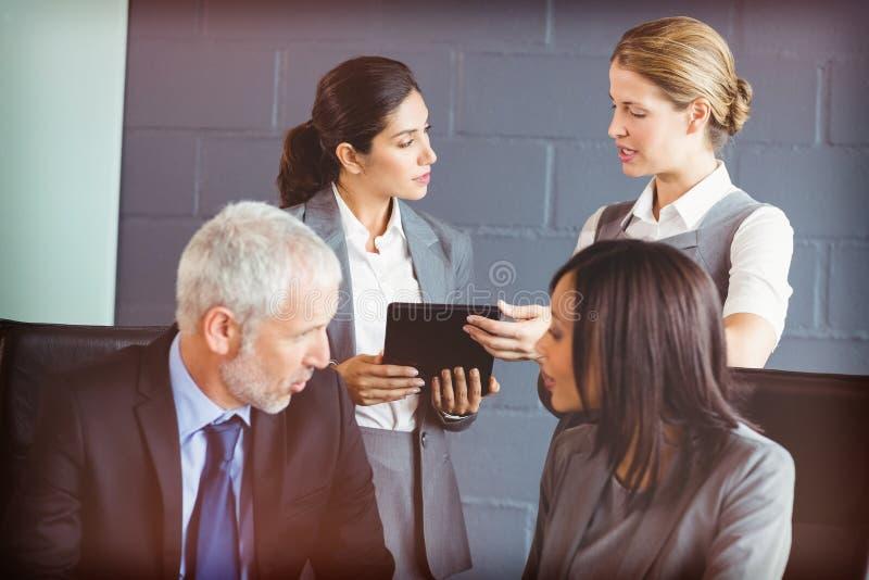 互动在会议室的商人 库存照片