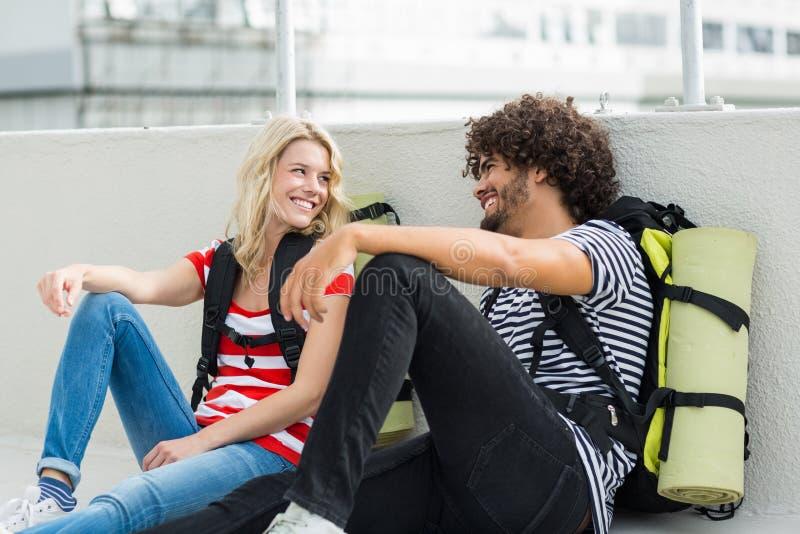 互动在大阳台的年轻夫妇 库存图片