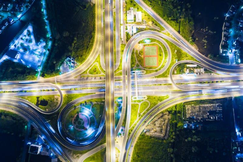 互换夜交通十字架路鸟瞰图 库存图片