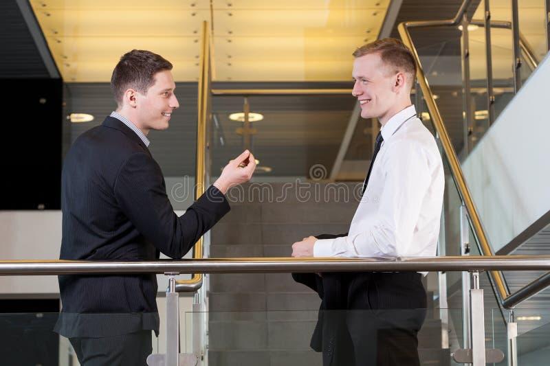 互相谈话两个的商人 库存图片