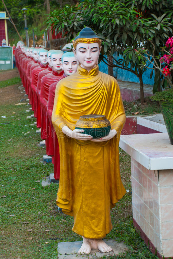 Download 互相面对修士的许多雕塑入口的对神圣的洞 Hpa-An,缅甸 缅甸 库存图片 - 图片 包括有 艺术, 幻想: 72356439
