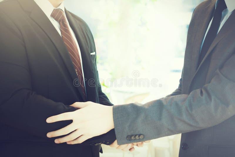 互相给热烈欢迎,信任,配合,协议的两个商人 免版税库存图片