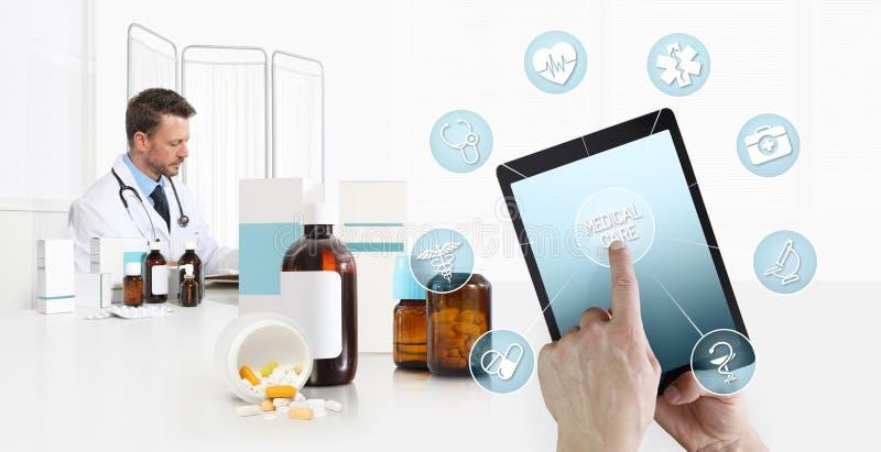 互联网医疗保健和医疗在移动设备咨询,在数字片剂有标志的,书桌的医生的手屏幕 免版税库存照片