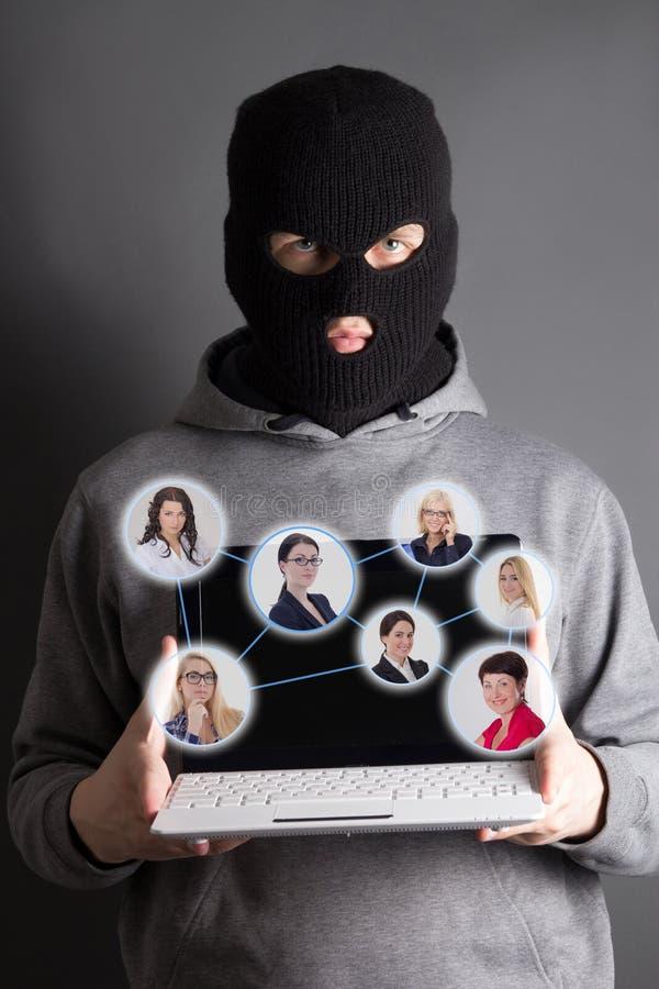 互联网安全概念-窃取从互联网的黑客数据 免版税库存图片