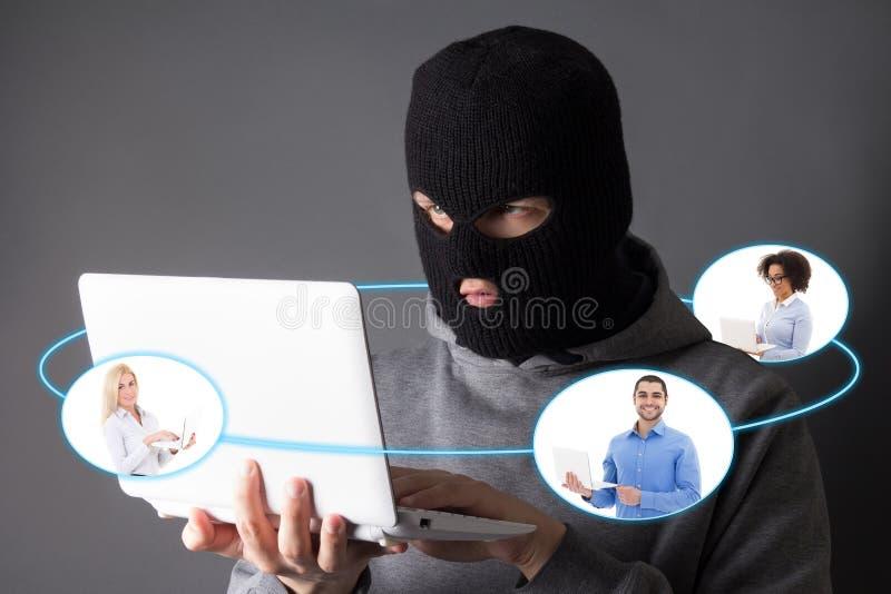 互联网安全概念-窃取从互联网的黑客数据 库存图片