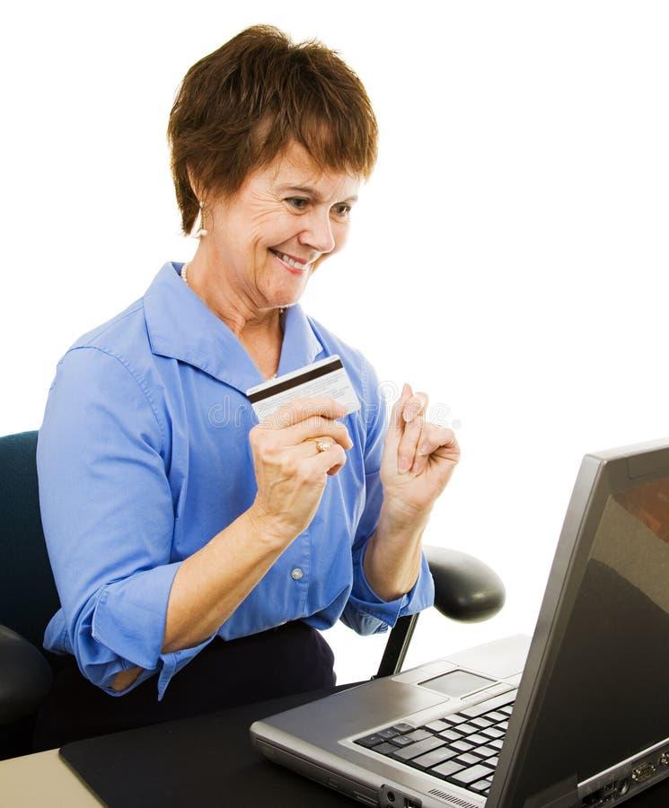 互联网成熟购物妇女 库存图片