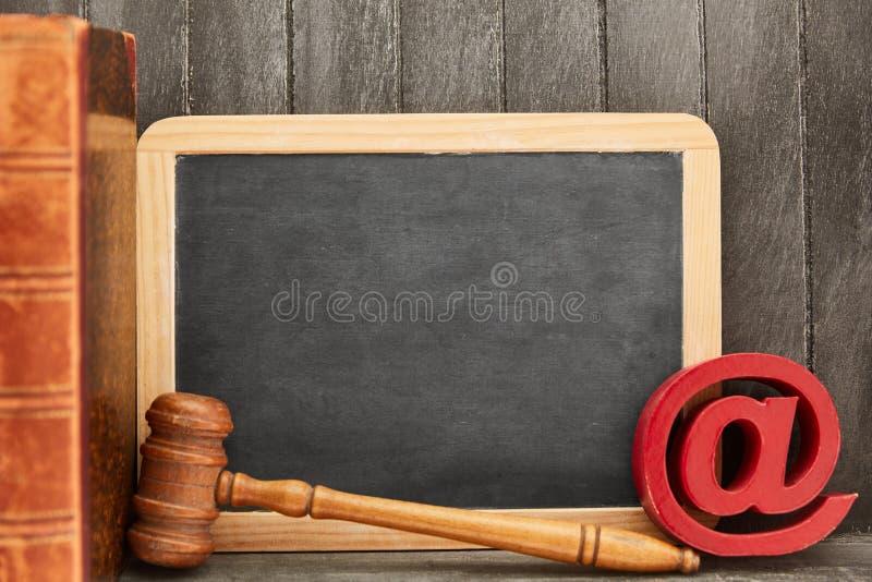 互联网法律和媒介法律概念与黑板 库存照片
