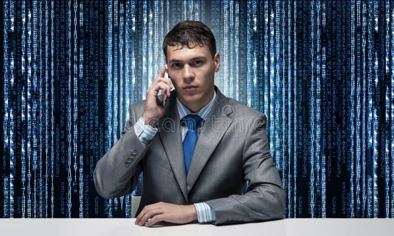 互联网顾问谈话在电话 免版税库存图片