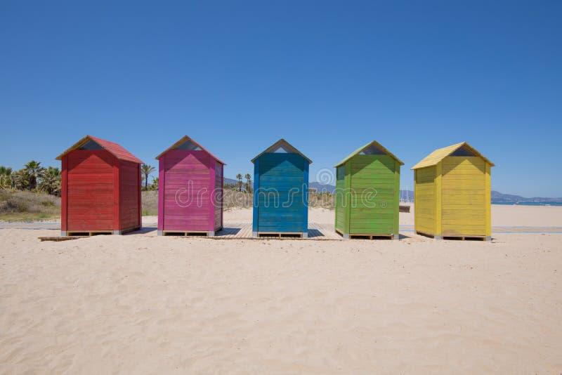 五上色了沐浴小屋在海滩在Castellon Grao  免版税库存照片